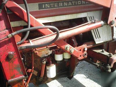 International 674 2WD farm tractor w/1850 loader-61HP